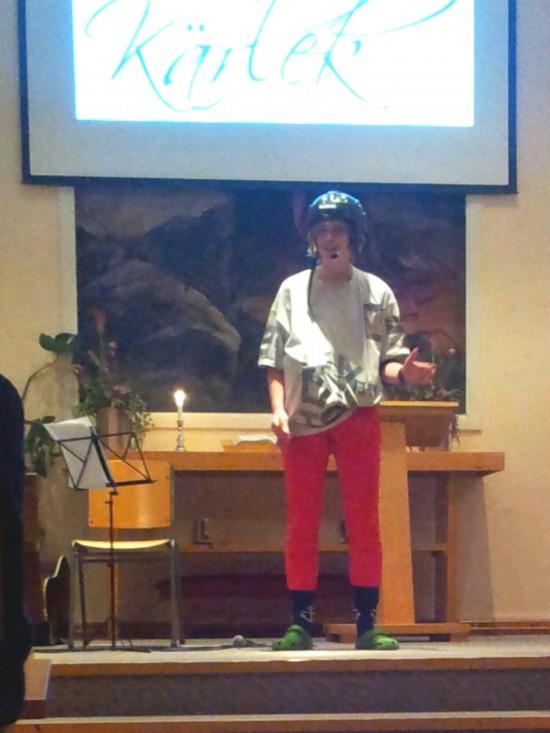 """Standup comedy på ungdomsmötet. Simone skojade om hockey och foppatoffeln, vilket gick hem förstås hä i """" Foppa-land"""" som Örnsköldsviks kommun kallas"""