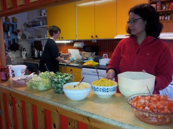 Kökspersonalen, Carina & Maria, jobbar för fullt med att utfodra mat till 34 hungriga lägerdeltagare och ett 10tal (ännu hungrigare?) ledare.
