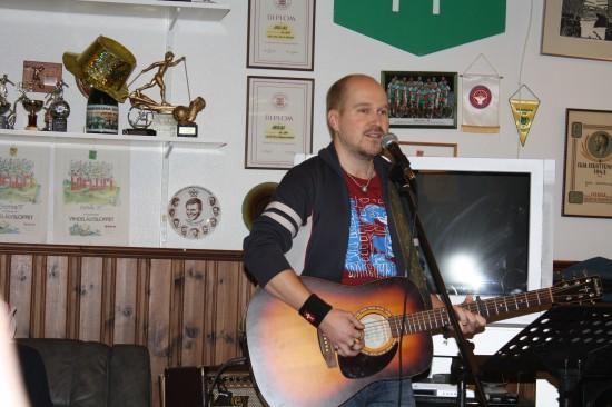 Det finns förstås ingen kyrkorgel i Klubbstugan. psalmerna ackompanjerades istället av Samuel Söderberg på gitarr