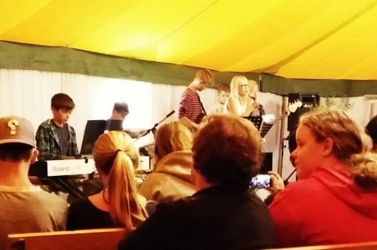 """Gruppen """"Rock activities"""" från Gottne värmde upp publiken ordentligt med deras raka rockiga stil."""