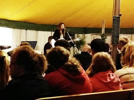 Terese Fredenwall sjöng och delade tankar kring livet och tron på Gud.