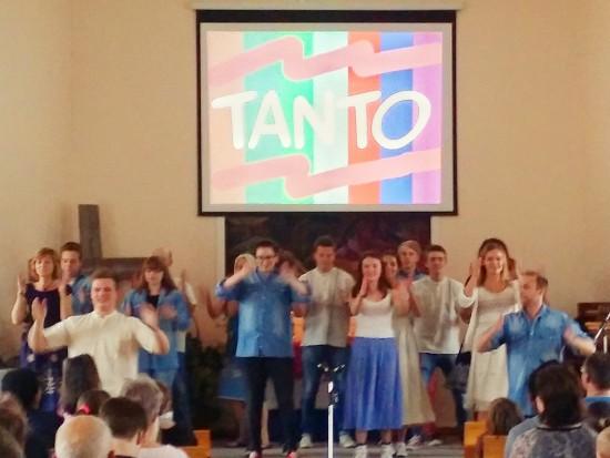 Här visar de upp en glädjefull dans som de körde tillsammans med en hejjig barnlåt på spanska