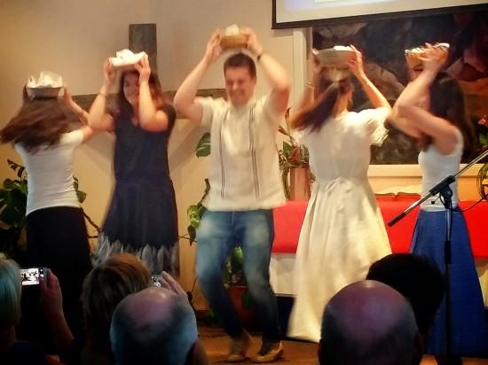 Ännu mera dans... Högfrekvent fotarbete i den här dansen.