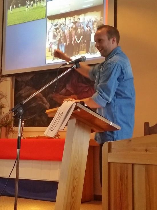 Johan Nordlöf berättar med stor entusiasm om hur mycket och stora köttbitar det serverades på en resturang som de besökte.