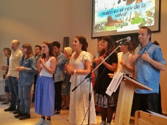 """Här framför Paraguayresenärerna sången """"Jesus är kungen i djungeln""""- på Spanska."""