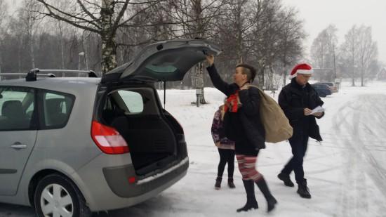 Fyra bilder fyllda med julklappar utgick från Framtidskyrkans lokal i Mellansel