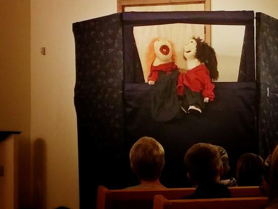 Här är Anita & Mats. Mats skulle önska att han var störst i hela världen. Anita berättar för Mats att hon känner den som är störst- Jesus. hon berättar vidare att Jesus bor i hennes hjärta. -Det låter trångt tycker Mats, men Anita talar om att det är härligt att ha Jesus i hjärtat.
