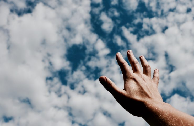 Hand mot himlen