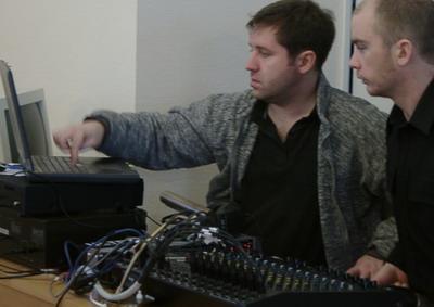 Skäggiga ljudtekniker spelar in webbradio