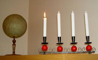 Ett litet ljus har vi nu tänt, det lyser på vårt bord. Vi tänker på den son Gud sänt till mörkret på vår jord.Text: Fride Gustavsson