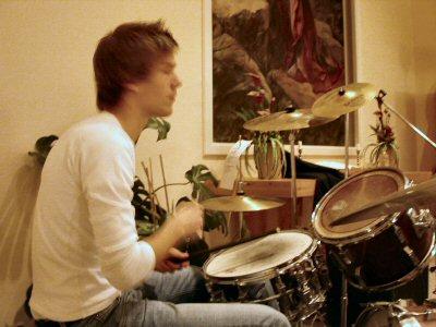 Rickard på trummor