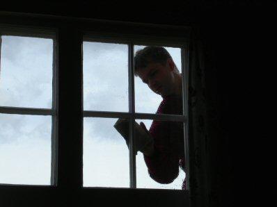 Fönsterputsning sker med största omsorg