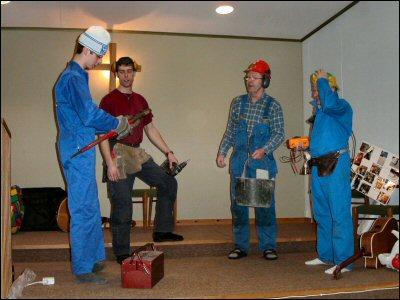 Rörmockaren, Snickaren, Muraren och Elektrikern visar hur man kan hjälpas åt