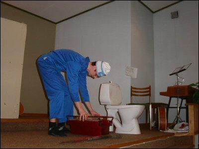 David installerar en toalett